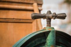 Målad gammal rostig vattenkran Royaltyfri Foto