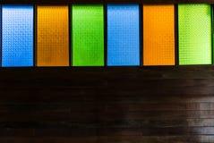 Målad glas träskulptur på väggen. Arkivfoton