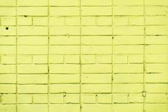 Målad gul textur för tegelstenvägg, stads- bakgrund, utrymme för text Horisontal texturera Abstrakt ljus bakgrund Royaltyfria Foton