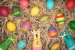 Målad hand för påskägg, kaniner, wood bakgrund Royaltyfri Bild