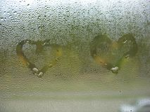 Målad hjärta på droppar för fönsterexponeringsglas och regn Royaltyfria Foton