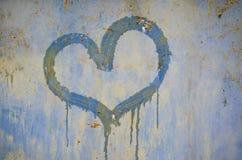Målad hjärta på en rostig järnbakgrund royaltyfria bilder