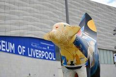 Målad koskulptur på Albert Dock i Liverpool Merseyside England fotografering för bildbyråer
