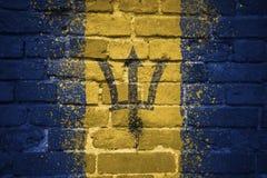 Målad nationsflagga av Barbados på en tegelstenvägg Arkivbild
