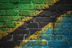 Målad nationsflagga av Tanzania på en tegelstenvägg Arkivbild