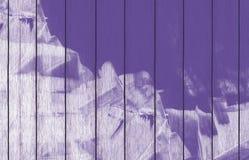 Målad träbakgrundstapet med purpurfärgad målarfärg stock illustrationer