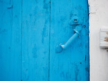 Målad trädörr med det gamla dörrhandtaget Royaltyfria Bilder