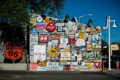 målad vägg route 66 Historiskt tecken för rutt 66 arkivbilder