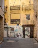 Målad väggmålning som fördärvas av grafitti i Valencia Arkivbild