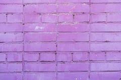 Målad violett tegelstenvägg, stads- bakgrund, utrymme för text Horisontal texturera Abstrakt modern bakgrund, modell Arkivbilder