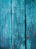 Målad wood yttersida för pastellfärgad turkos, med en abstrakt uttrycksfull vertikal linje textur Pastellfärgad bakgrund för desi Royaltyfri Bild