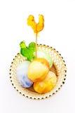 Målade ägg för påsk chiken gyckel med klubbor Arkivbilder