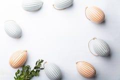 Målade ägg och blommor Festlig sammansättning på en vit bakgrund arkivbilder