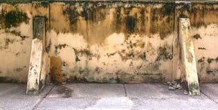 målade blå elementmetall för bakgrund rosttappningväggen Arkivbilder