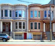 2 målade damhus i San Francisco Arkivfoton