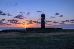 Målade den bärande hårknuten för den Ahu Tahai Moai statyn med ögon på solnedgången nära Hanga Roa - påskön, Chile Royaltyfria Bilder
