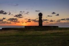 Målade den bärande hårknuten för den Ahu Tahai Moai statyn med ögon på solnedgången nära Hanga Roa - påskön, Chile Arkivbild