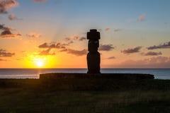 Målade den bärande hårknuten för den Ahu Tahai Moai statyn med ögon på solnedgången nära Hanga Roa - påskön, Chile Royaltyfria Foton