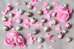 Målade easter ägg som ligger på den vita plattan royaltyfria foton