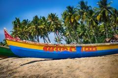 Målade fartyg av indiska fiskare på stränder av Kerala Fotografering för Bildbyråer