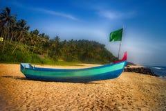 Målade fartyg av indiska fiskare på stränder av Kerala Royaltyfria Bilder