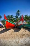 Målade fartyg av indiska fiskare på stränder av Kerala Arkivfoton
