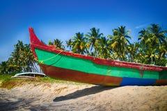 Målade fartyg av indiska fiskare på stränder av Kerala Arkivbilder
