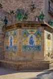 Målade gamla keramiska tegelplattor på den Santa Ana springbrunnen i den gotiska fjärdedelen av Barcelona royaltyfri foto
