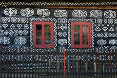 Målade garneringar på väggen av journalhuset i Cicmany, Slovakien Royaltyfri Bild