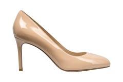 Målade glansiga skor för kvinnor beiga Arkivfoton