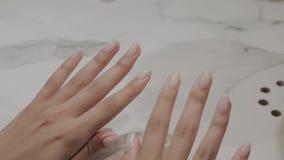 Målade härliga kvinnliga händer med manikyr och spikar stock video