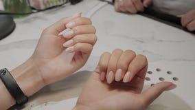 Målade härliga kvinnliga händer med manikyr och spikar lager videofilmer