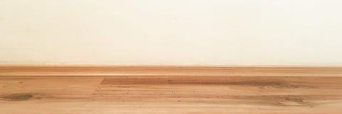 Målade lackade det wood golvperspektivet för rum, grungepastell betongväggen och trälaminatplankagrou gammal lokal för bakgrund W arkivfoton