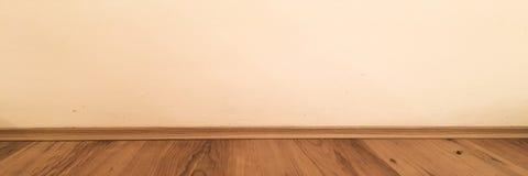 Målade lackade det wood golvperspektivet för rum, grungepastell betongväggen och trälaminatplankagrou gammal lokal för bakgrund W royaltyfri fotografi