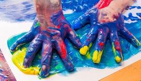 målade målarfärger för barn färgrika händer Utbildnings-, skola-, kreativitet- och målningbegrepp royaltyfri foto