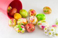 Målade påskägg och tusenskönablommor Fotografering för Bildbyråer