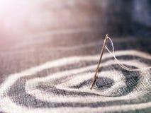 Målade pilar med krita på jeansen Visaren och tråden in i målet Arkivfoto