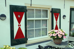 Målade slutare med triangeln planlägger på holländskt fönster i Wassenaar, Holland Royaltyfri Bild