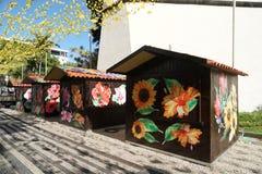 Målade trähus på madeirablommafestivalen 2019 royaltyfri bild