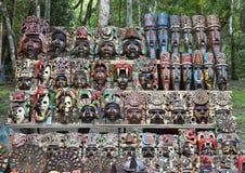Målade träMayan maskeringar som är till salu i Chichen Itza Arkivbilder