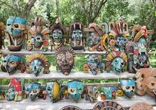 Målade träMayan maskeringar som är till salu i Chichen Itza Royaltyfri Fotografi