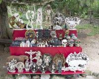 Målade träMayan maskeringar som är till salu i Chichen Itza Royaltyfri Foto