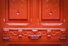 Målar den röda dörren för tappning med kanstött, bakgrund Arkivbild