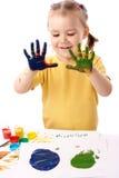 målar gulliga händer för barn genom att använda Royaltyfri Foto