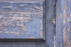 Målar trädörren för den gamla ingången med skalningsblått arkivbild