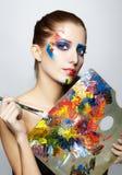 Målare för ung kvinna med borsten för färgpalett och målarfärg arkivfoton