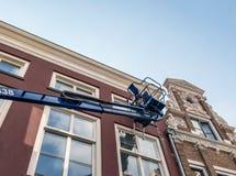 Målare i plattform som underhåller gammal byggnad royaltyfria bilder