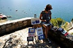 Målare med arbeten på kusten av sjön Ohrid i Makedonien Royaltyfri Bild