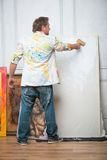 Målare och hans konst royaltyfria bilder