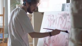 Målare Works på staffli lager videofilmer